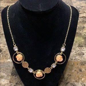 Jewelry - 💕Beautiful gold, flower charm necklace 💕